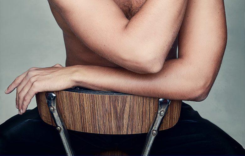 mezczyzna na krzesle
