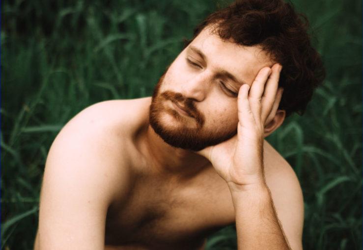 mężczyzna bez koszulki chwila relaksu