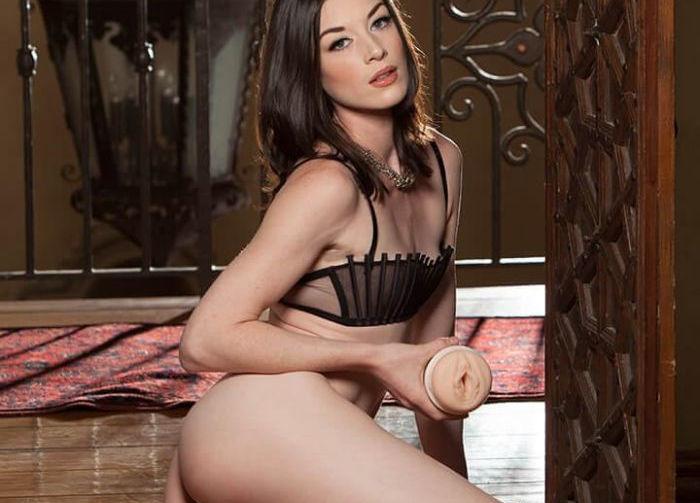 ładna aktorka trzyma masturbator