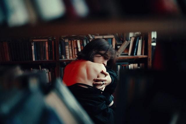 Samotna dziewczyna w bibliotece nagie plecy