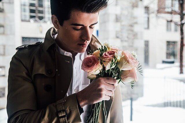 Młody mężczyzna z bukietem kwiatów